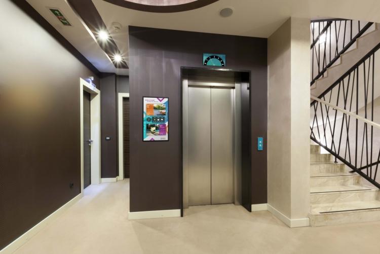 flexyPage Display am Aufzug zur Besuchergrüßung in einem Hotel