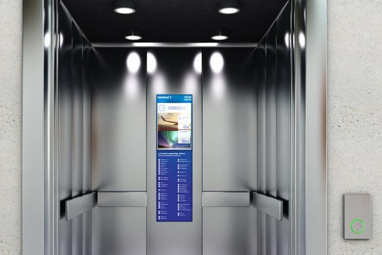 flexyPage Stretched Display für Flughäfen in einer Aufzugskabine