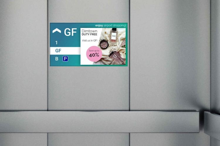 Etagenabhängige Werbung im Aufzug auf einem flexyPage Display am Flughafen