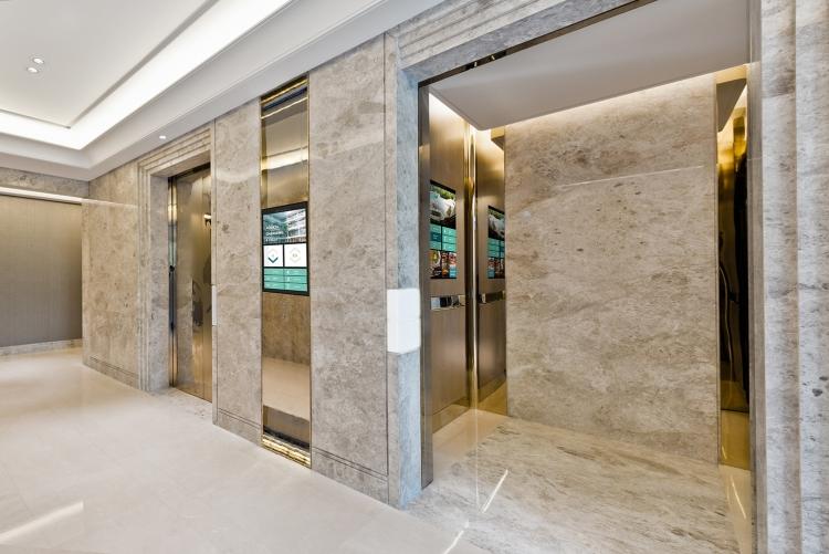 flexyPage Display am Aufzug im Hotel mit Etageninformationen