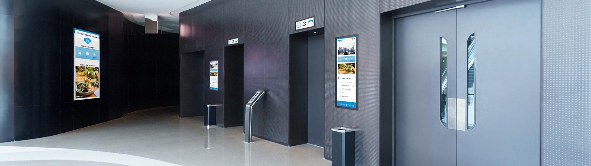 flexyPage Multimedia Displays für Aufzüge in einem Bürogebäude